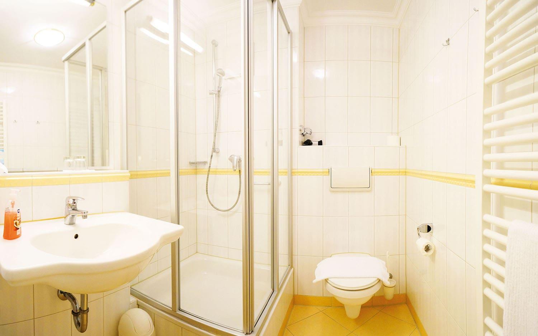 hotel vital vallaster garni bad füssing badezimmer