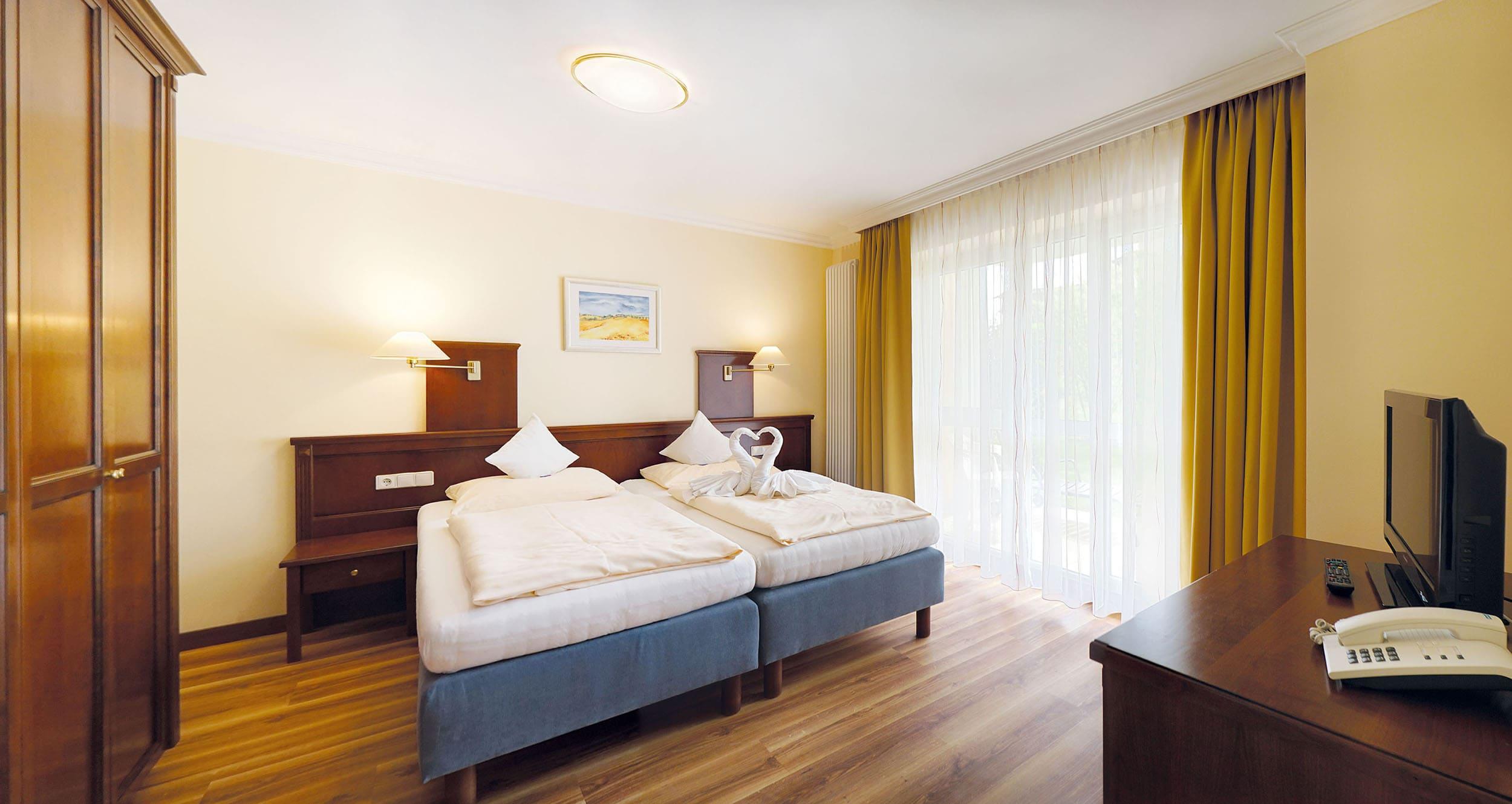 hotel vital vallaster garni bad füssing behindertengerechte suite schlafzimmer
